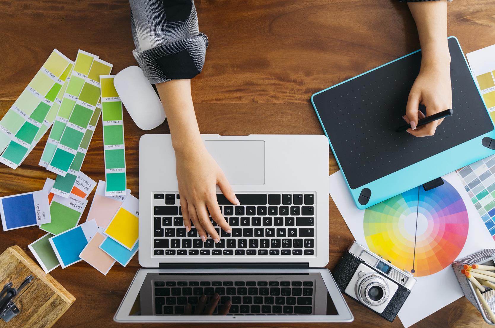 Dise o de logotipos material de impresi n merit designs for Diseno grafico universidades